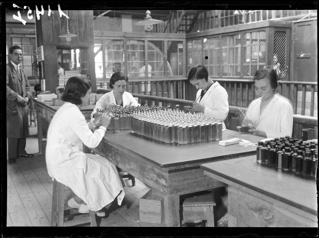 foto antiga pessoas trabalhando